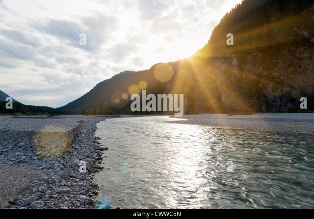 Sonnenuntergang über Rocky river Stockbild