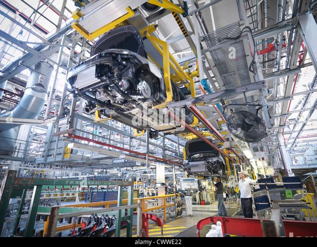Arbeitnehmer auf Auto-Produktionslinie in Automobilfabrik Stockbild