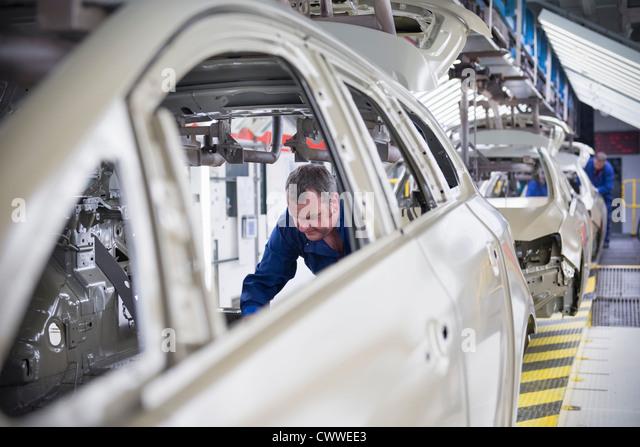 Arbeiter, die Montage, Schallschutz, Mietwagen in Autofabrik Stockbild