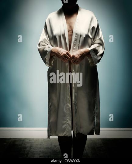 Ältere Frau mit offenen Bademantel Stockbild