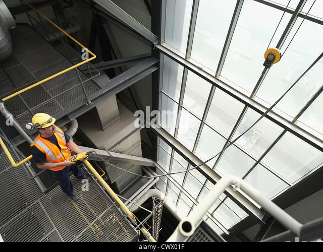 Arbeiter bedienen von Maschinen im Werk Stockbild
