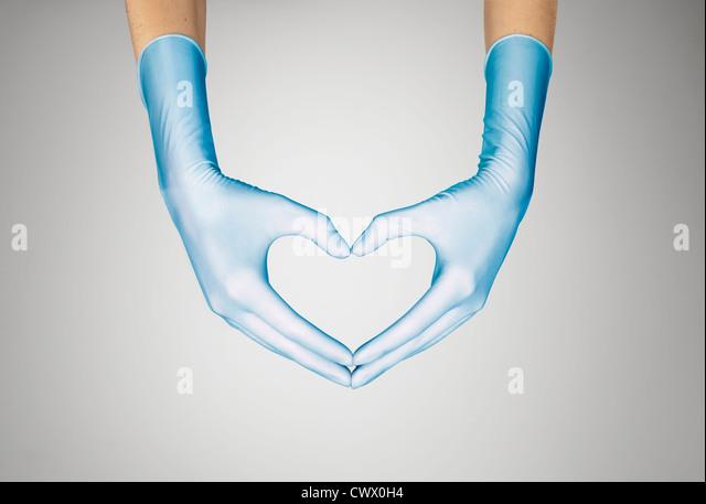 Behandschuhten Händen machen Herzform Stockbild