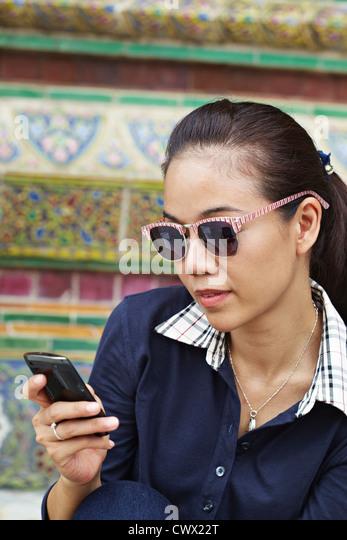 Frau mit Handy auf kunstvolle Tempel Stockbild