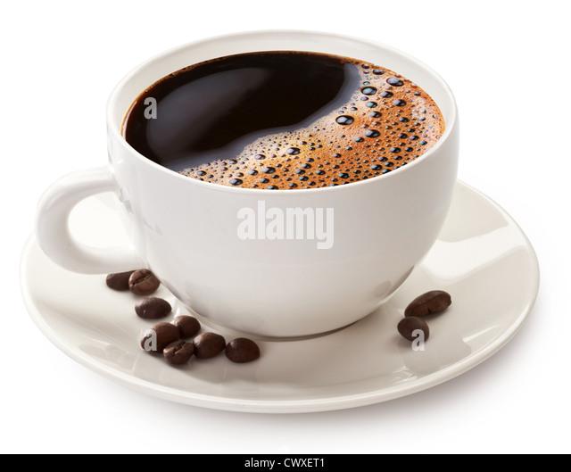 Tasse Kaffee und Bohnen auf einem weißen Hintergrund. Datei enthält den Pfad zum Schneiden. Stockbild