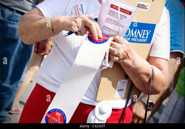 Republikanische Frau Mitt Romney und Wähler Registrierungen auf dem 4. Juli Feier in Greensboro, North Carolina Stockbild