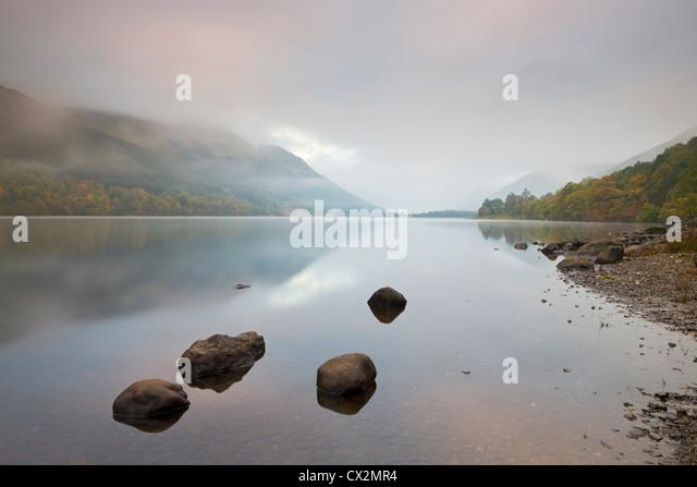 Loch Voil in Nebel gehüllt, im Morgengrauen, Balquhidder, Loch Lomond und die Trossachs, Schottland Stockbild
