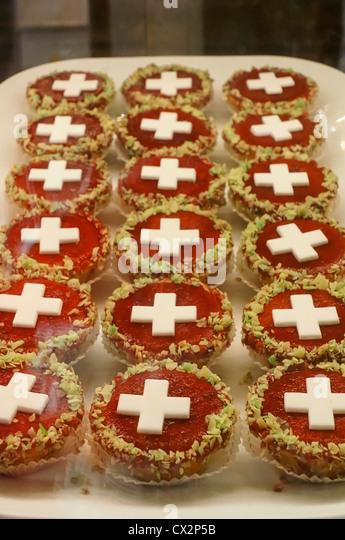 Kuchen mit wenig Schweizer Flagg, weißes Kreuz für 1 August Nationalfeiertag, Schweiz Zürich, Stockbild