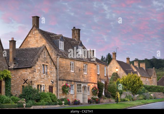 Hübsche Häuser in der malerischen Cotswolds Dorf Broadway, Worcestershire, England. Herbst (September) Stockbild