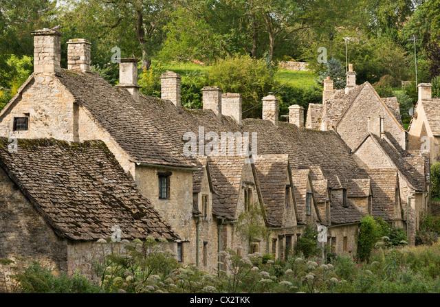 Malerische Cottages im Arlington Row in den Cotswolds Dorf Bibury, Gloucestershire, England. (September) im Sommer Stockbild