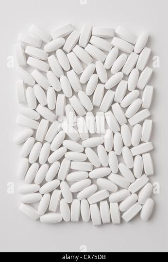 Generische weiße Raute geformte Pillen auf weißem Hintergrund Stockbild
