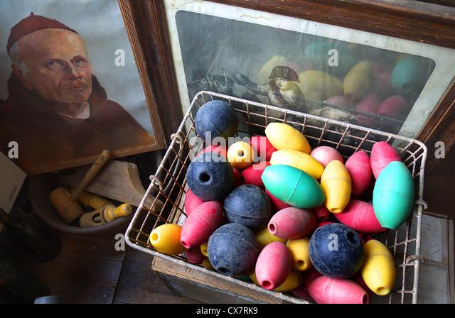 Alte Bilder und Fischen schwimmt in einem französischen antiken / Junk-e-Shop. Stockbild