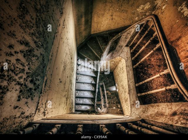 Treppe mit gruseligen verlassenen Haus Stockbild