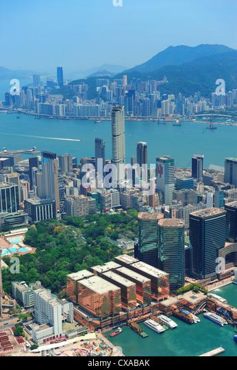 Hong Kong Luftbild Panorama mit städtischen Wolkenkratzern und Meer. Stockbild