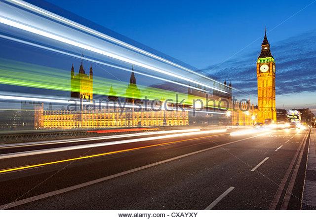 Bewegung verwischt Bus auf Westminster Bridge und Houses of Parliament, London, England, Vereinigtes Königreich, Stockbild