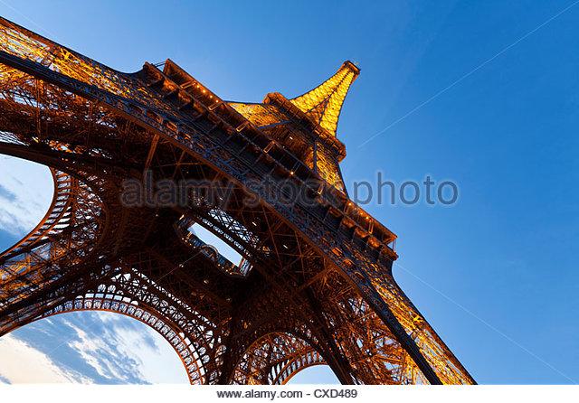 Blick nach oben vom unter dem Eiffelturm in Paris, Frankreich, Europa Stockbild