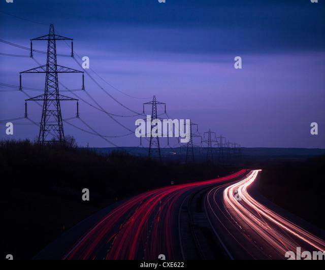 Lichtspuren Autobahn M40 und Stromkabel bei Dämmerung, Oxfordshire, England, United Kingdom, Europe Stockbild