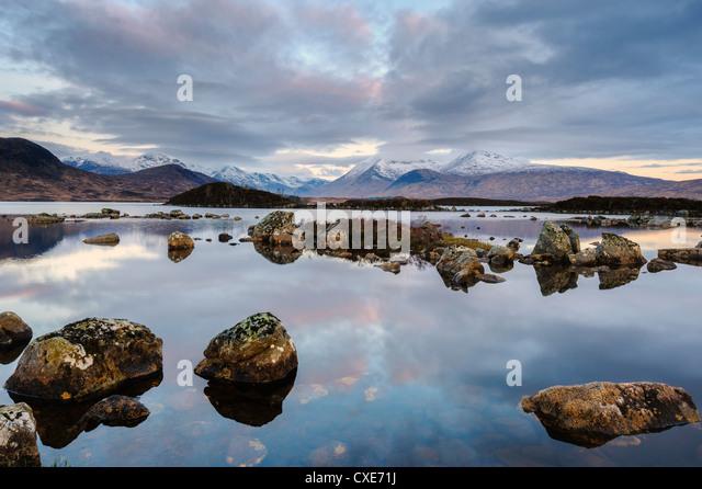 Schneebedeckte Berge in der Dämmerung, man Na h Achlaise, Rannoch Moor, Argyll und Bute, Schottisches Hochland, Stockbild