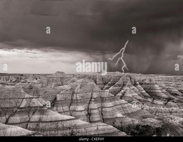 Panoramablick über farbenfrohe Felsformationen mit Gewitter und Donner... Badlands Nationalpark, South Dakota. Stockbild