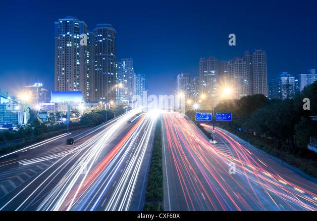 Stadtverkehr in der Nacht Stockbild