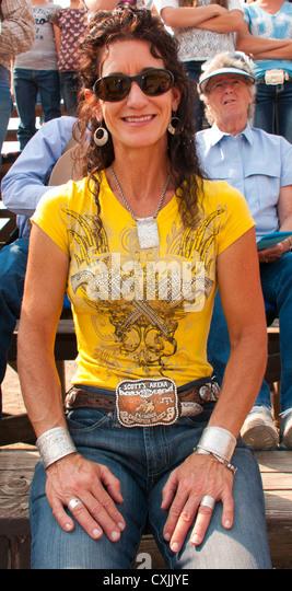 Cowgirl in westlicher Kleidung genießen die Rodeo-Veranstaltung, Bruneau, Idaho, USA Stockbild