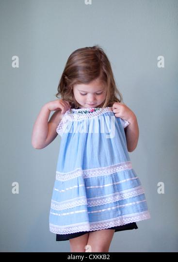 Junges Mädchen mit blauen Kleid Stockbild