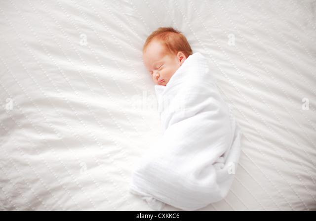 Gepuckte Babys schlafen Stockbild