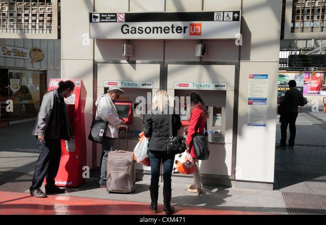 Passagiere am Automaten außerhalb der Gasometer U-Bahnstation, Wien (Wien), Österreich. Stockbild
