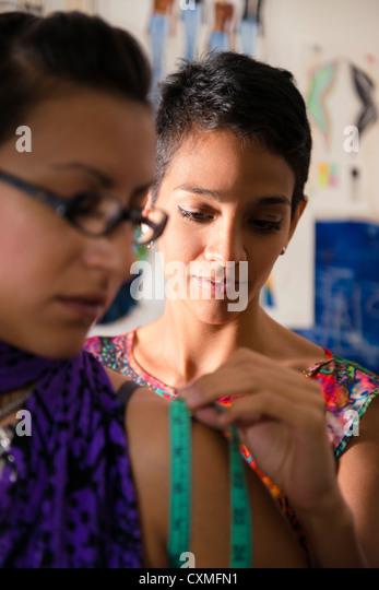 Mode-Industrie und junge Frauen, Schneider und Kundin im Atelier für neues Kleid Stockbild