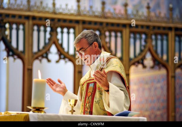 Katholische Priester bei einer Hochzeit Masse, Lancashire UK Stockbild