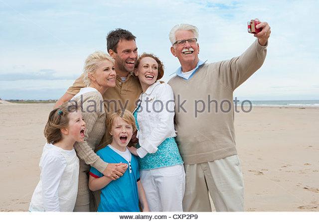 Aufnahme von Multi-Generationen-Familie auf Urlaub am Meer Stockbild