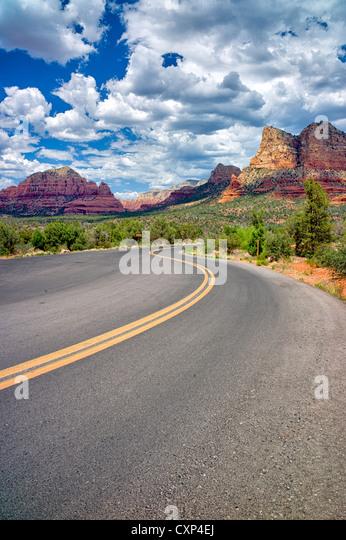 Straße mit Wolken. Sedona, Arizona Stockbild