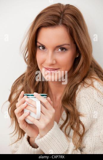 Frau mit einer Tasse Kaffee / Tee Stockbild