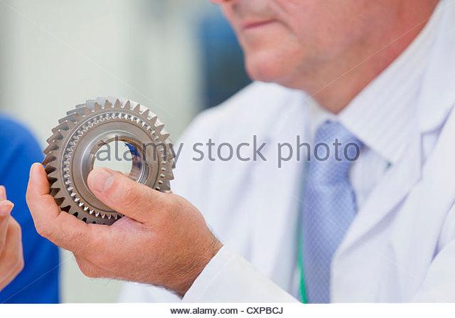 Nahaufnahme von Ingenieuren Prüfung Zahnrad Stockbild