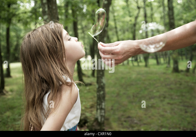 Frau mit Blase Zauberstab, Mädchen Seifenblase Stockbild