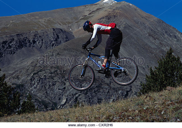 Mountainbiker, die springen, Breckenridge, Colorado, USA Stockbild