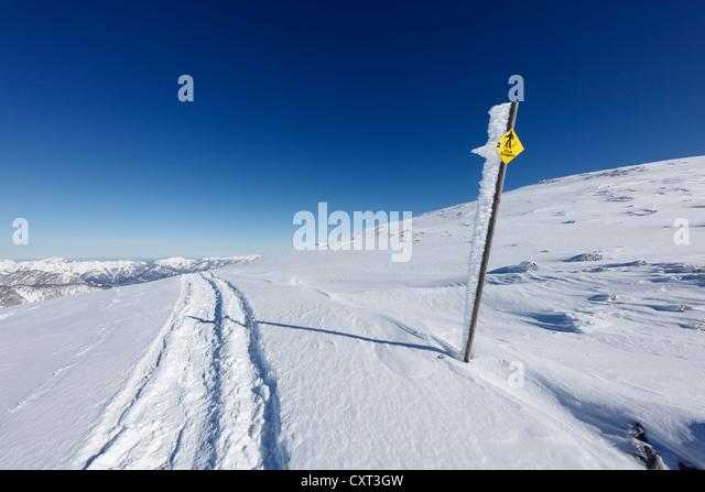 Wegweiser für Schneeschuhwanderer, die Five Fingers am Krippenstein Mountain, Dachsteingebirge, Salzkammergut, Stockbild