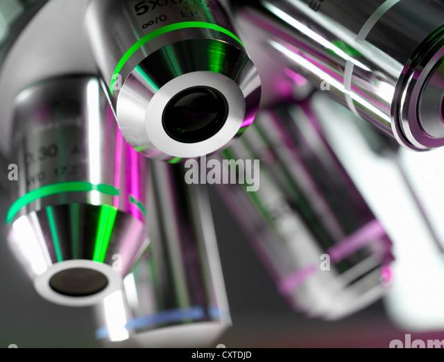 Nahaufnahme von Mikroskop-Objektive im Labor - Stock-Bilder