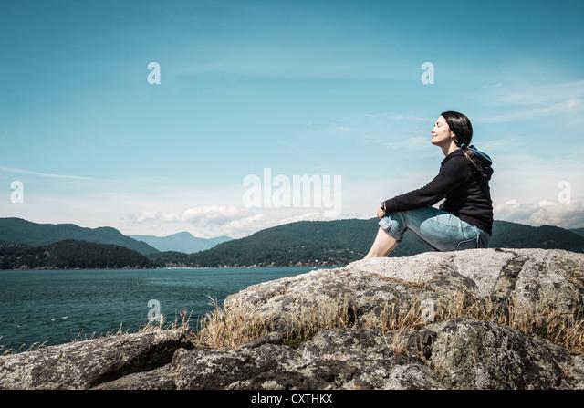 Frau erholsame ländliche See Stockbild