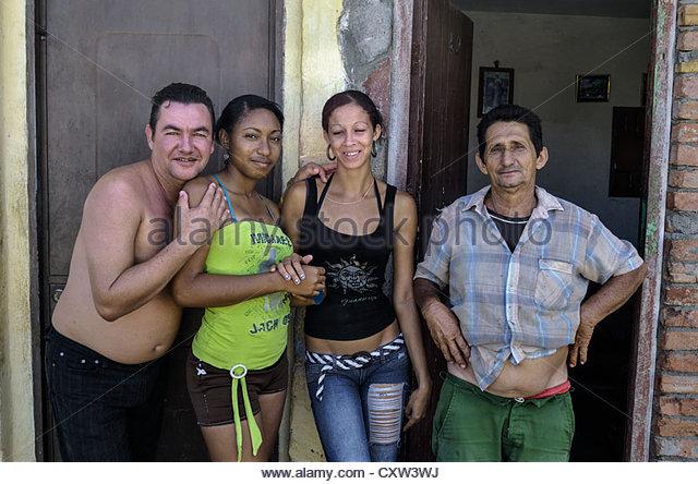 Kubaner außerhalb der angrenzenden Häuser, Trinidad, Kuba Stockbild