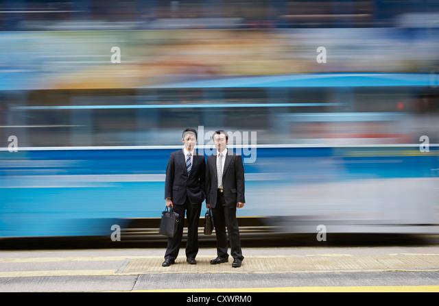 Geschäftsleuten stehen mit dem unscharfen bus Stockbild