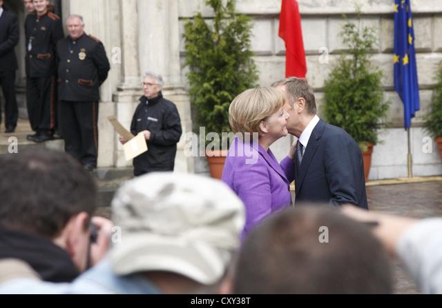 Willkommen Kuss von Angela Merkel und Donald Tusk, anlässlich des 20. Jahrestages des dem Ende des Kommunismus, Stockbild