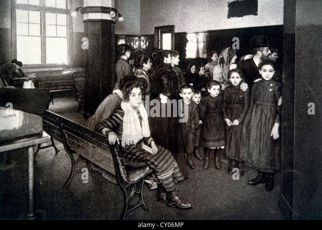 Gruppe von Emigranten warten in der Haft Stift nach bestehen der Aufnahmeprüfung, Ellis Island, New York, USA, Stockbild