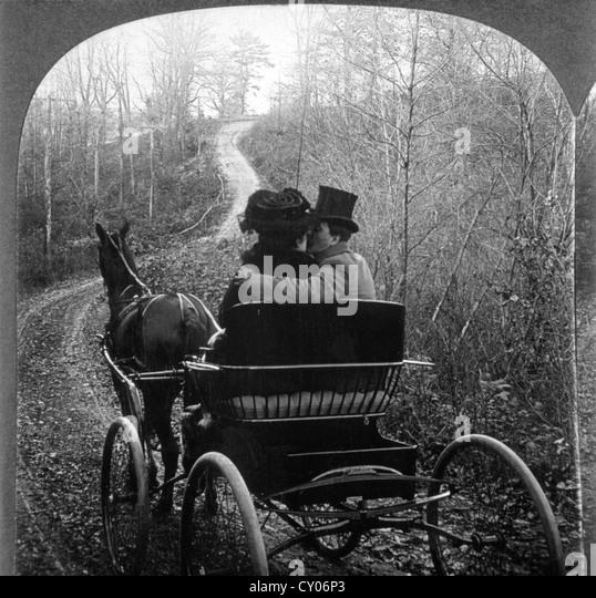 Mann und Frau in einer Pferdekutsche Kutsche, Rückansicht, Stereo fotografieren, ca. 1901 Stockbild