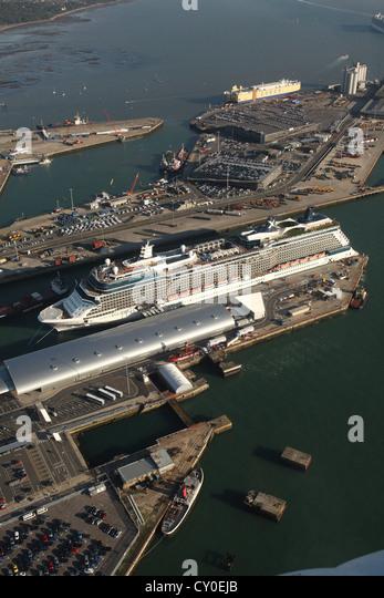 Celebrity Eclipse in den Hafen von Southampton. Luftbilder. Stockbild