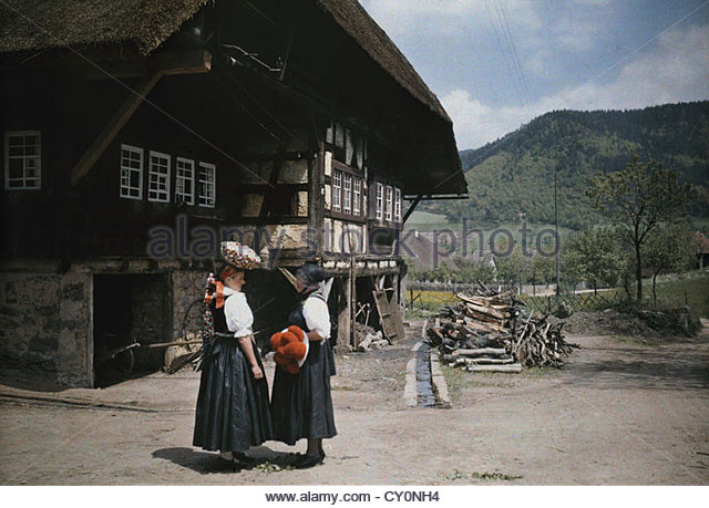 Frauen in Hüte stehen außerhalb Wohnung von Familie und Tiere verwendet. Stockbild