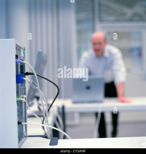 Geschäft Leute Rechenzentrum Control Center Mann lizenzfrei außer anzeigen und Reklametafeln Stockbild