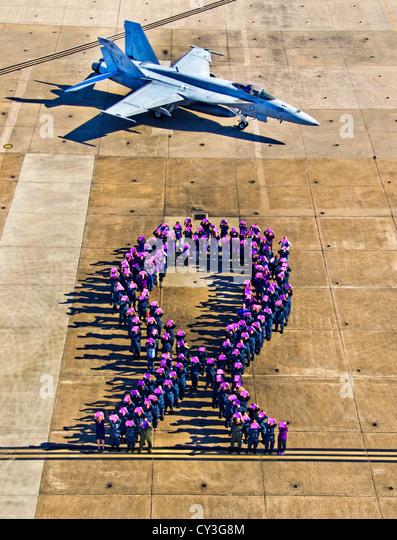 Rund 150 aktiven Dienst und zivile freiwillige Form ein lila Band, das Symbol für häusliche Gewalt Bewusstsein Stockbild