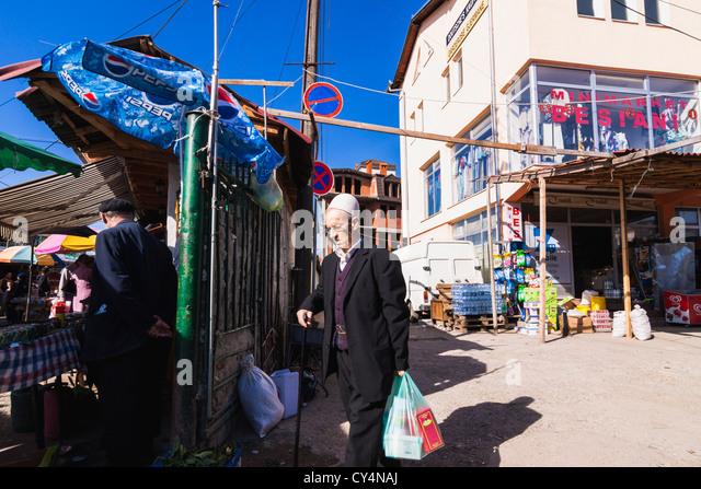 Alter Mann Einkaufen im alten Basar, Pristina, Kosovo Stockbild