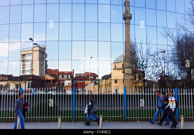 Fatih-Moschee auf moderne Spiegel Gebäude reflektiert. Pristina, Kosovo Stockbild