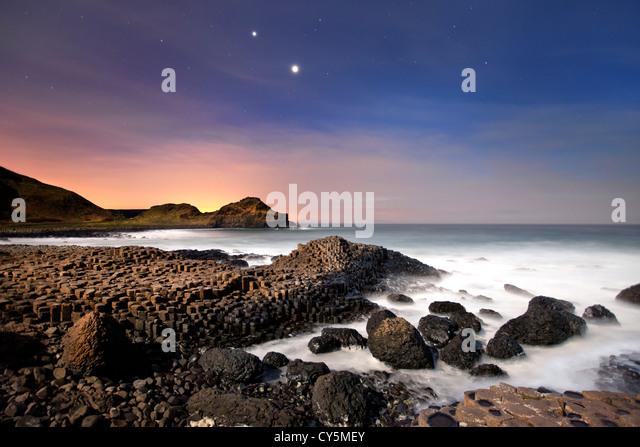 Die Giants Causeway nachts Konjunktion von Venus und Jupiter in Himmel zeigen. Stockbild